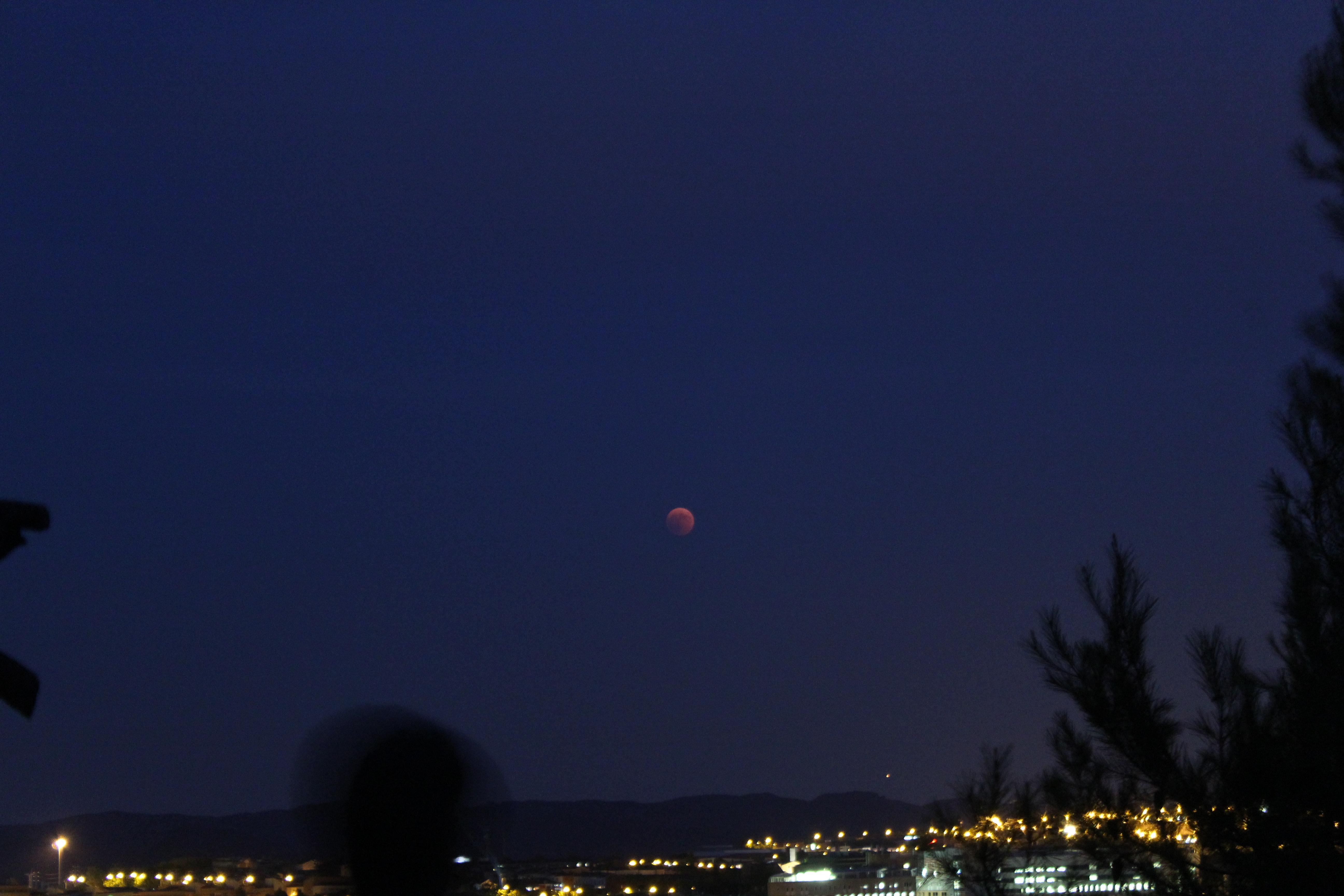 La Lluna i Mart de costat durant l'inici de l'eclipsi ( 21:59 ). 1 segon d'exposició amb ISO 1600, objectiu a 55mm i F/5.6.